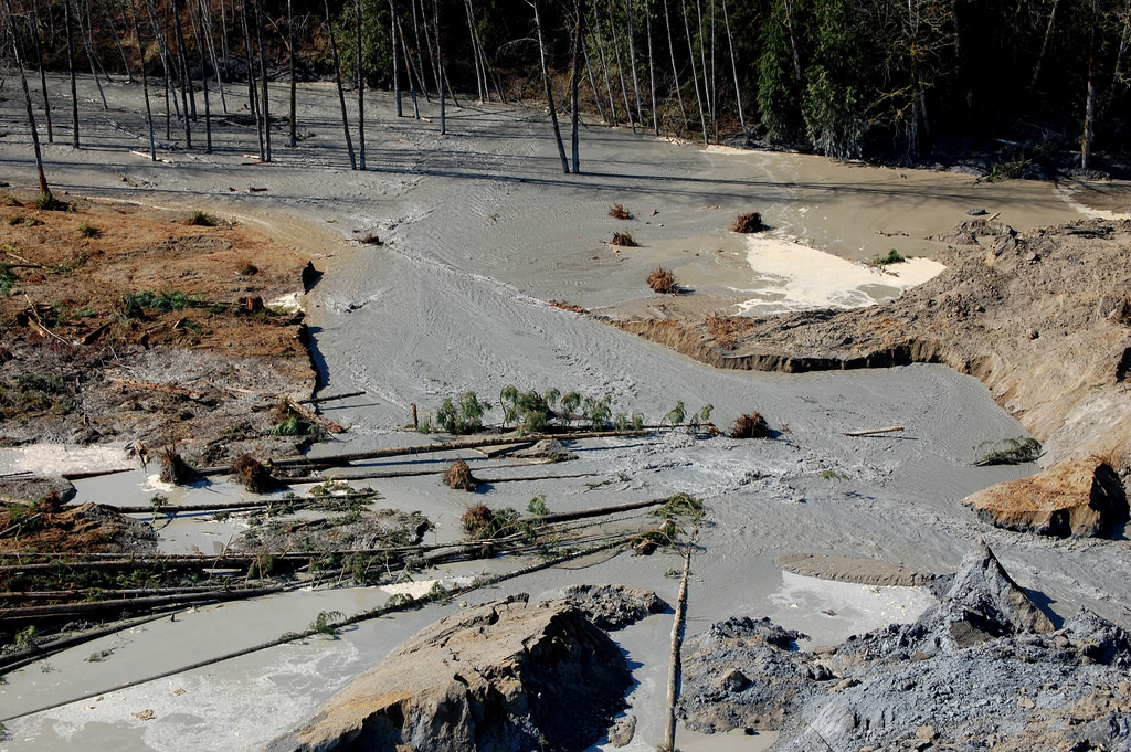 Workers trying to drain water at Oso mudslide