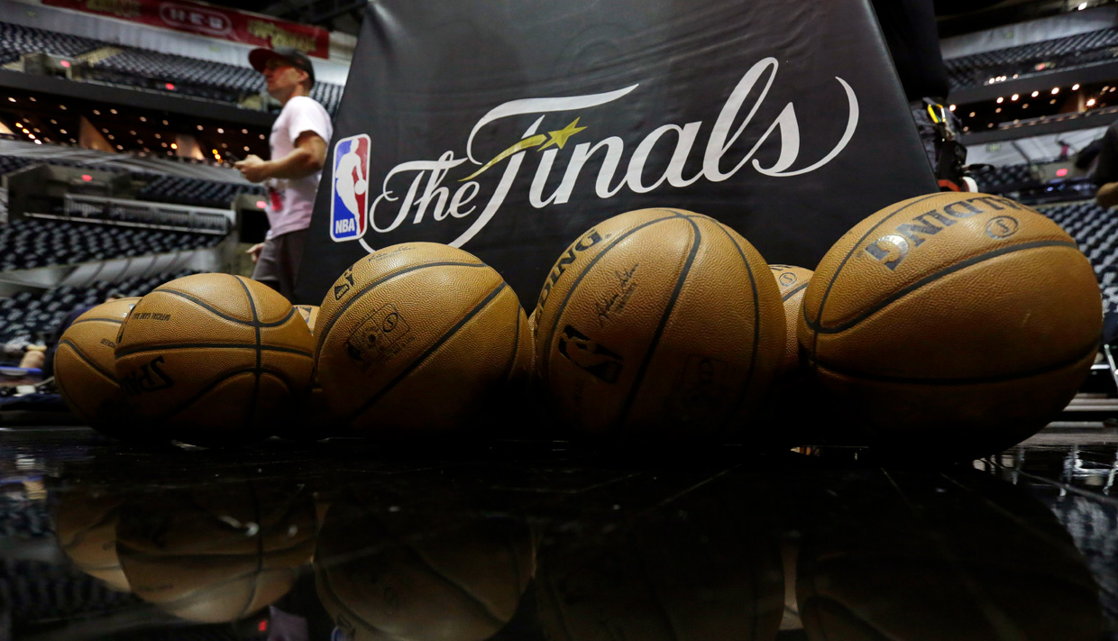James passes Jordan, Cavs back in Finals with win